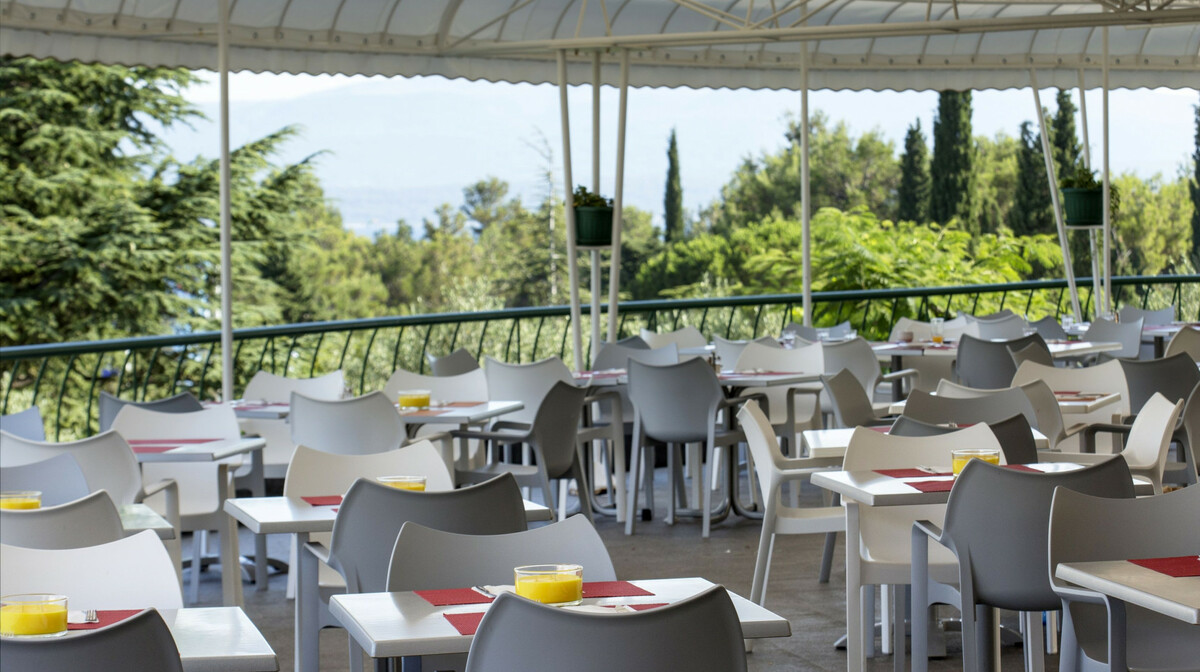 Otok Brač, Bol, Bluesun hotel Bonaca, vanjski dio restorana