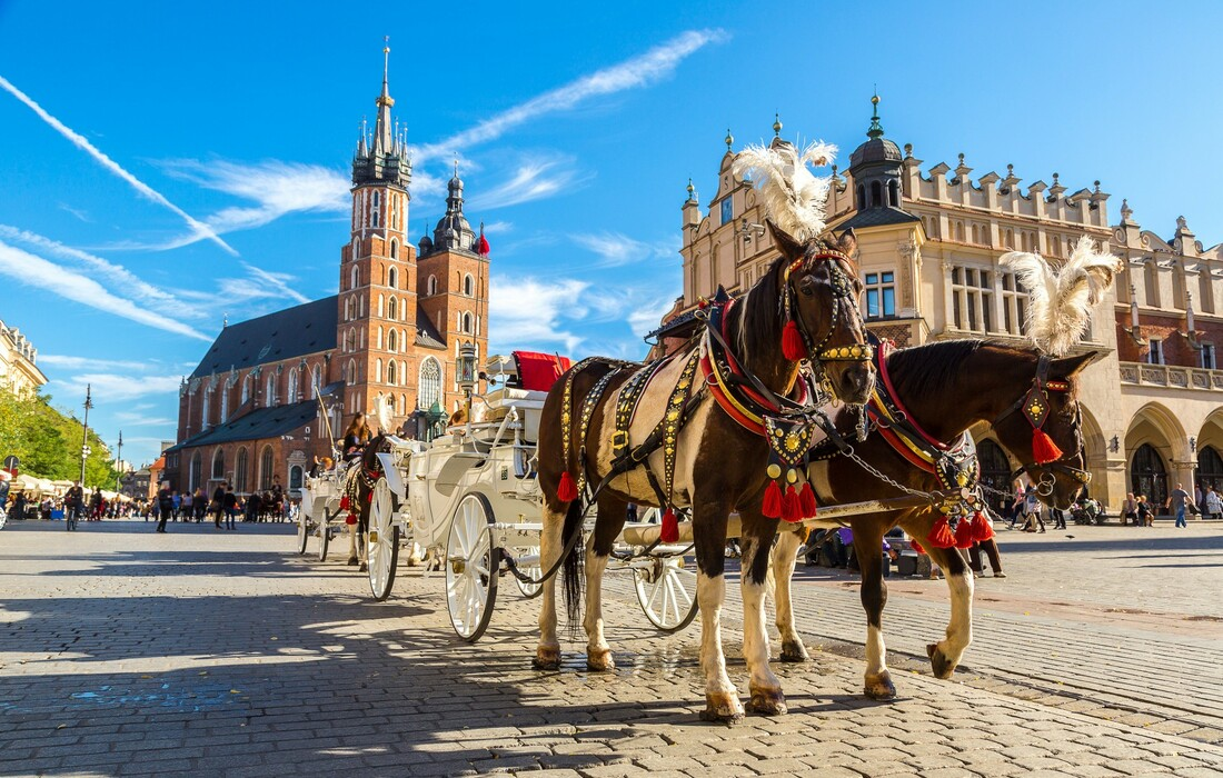 kočija koja prolazi Glavnim trgom, autobusna putovanja, Mondo travel, europska putovanja, garantiran