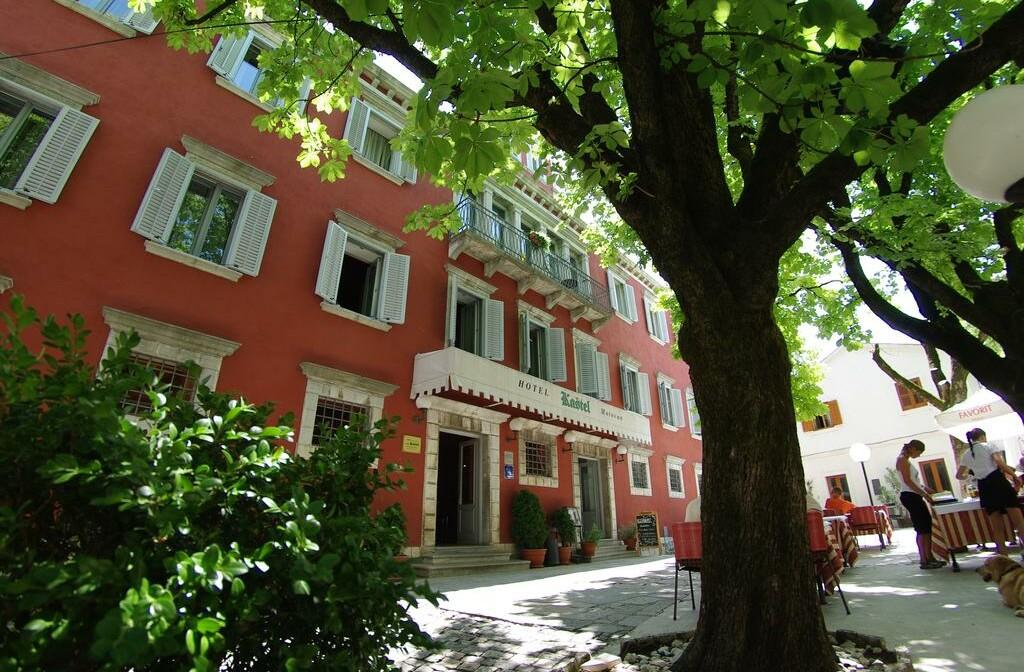 Wellness u Hrvatskoj, Motovun, Hotel Kaštel, ulaz u hotel.