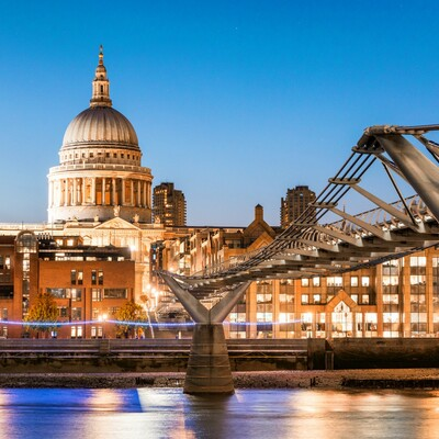 St. Paul's katedrala i milenijski most na putoavanju u London