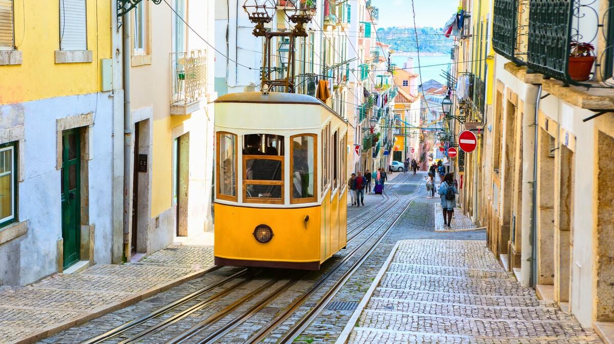 portugalska tura putovanje, žuti tramvaj u Lisabonu