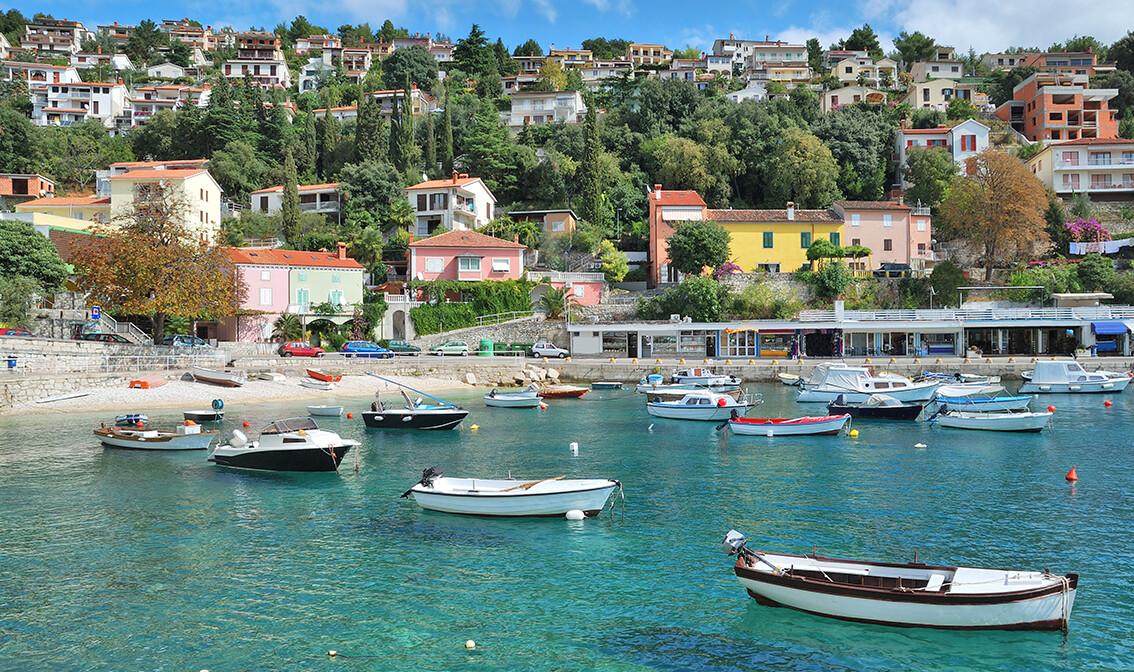 Hrvatska, Istra, Rabac, pogled na šetnicu uz more, ljetovanje na Jadranu, posebne wellness ponude